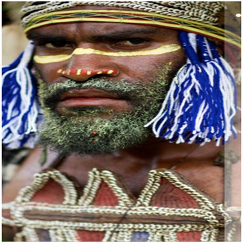 indígena luciendo pectoral tobriandés exposición caleidoscopios culturales