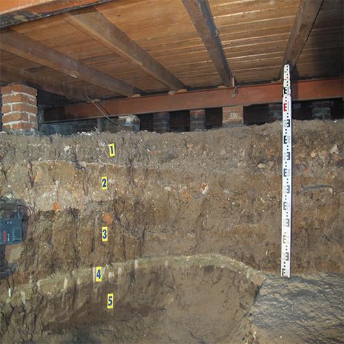 la imagen muestra las diferentes capas de suelo descubiertas durante la excavación