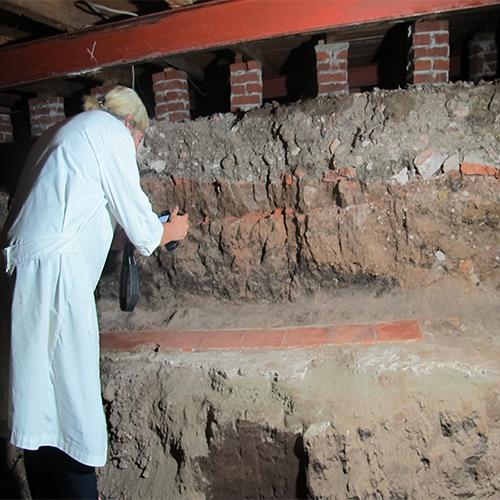 Directora del museo realizando registro fotográfico de la obra