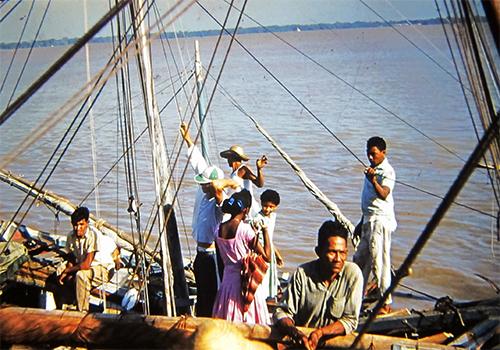 Embarcación con tripulantes en el Puerto de Belén