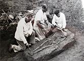 Francisco Oliveras durante hallazgo de uno de los enterramientos humanos en Cañada Saldaña