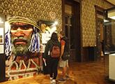 visitantes en el museo