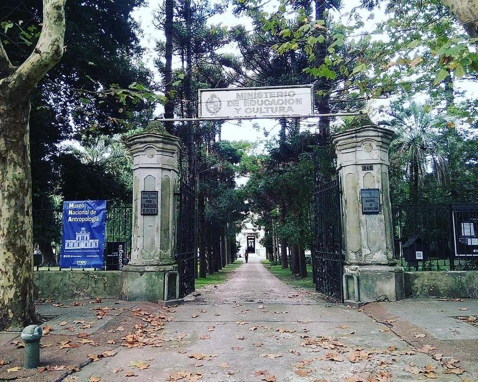 Entrada del museo por avenida de las instrucciones 948
