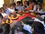 Escolares que exploran piezas arqueológicas