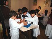 Escolares Reconstruyendo cerámicas