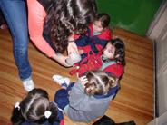 Preescolares explorando con el tacto en el museo