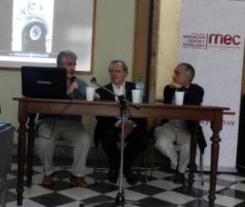 Inauguración de la exposición: al centro, Ministro Ricardo Ehrlich, a la derecha Gabriel Aintablian (Director DICyT) y a la izquierda, Javier González (Enc. Desp. Dirección MNHN).